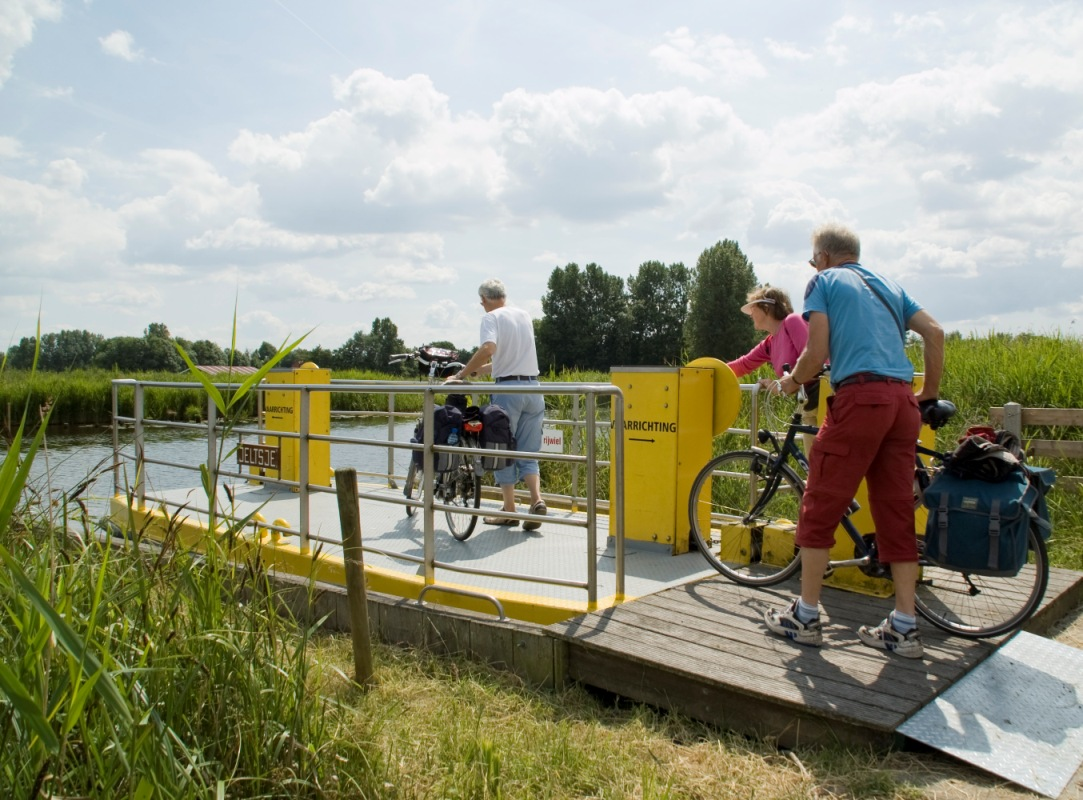 foto fietsers op voetveer - foto Gerda van Piggelen